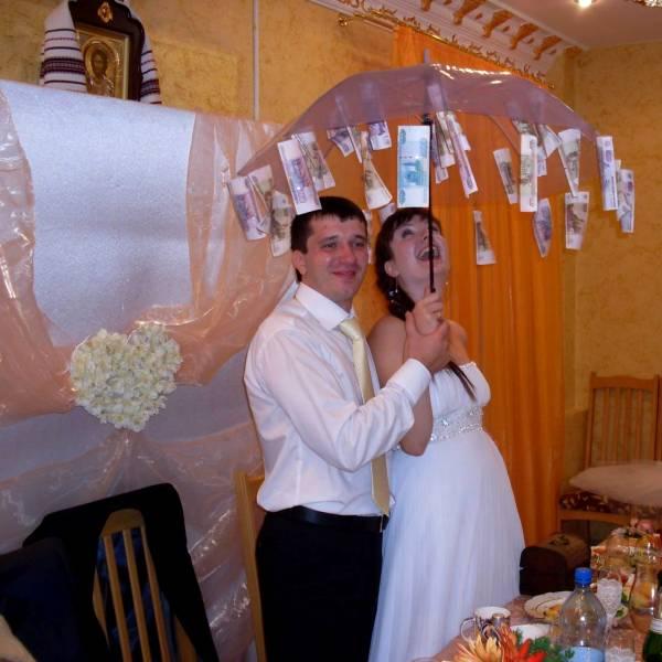 жених и невеста под денежным зонтом